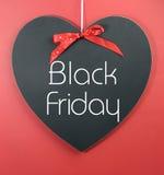 与消息的黑星期五购物销售概念在心脏形状黑板 免版税库存图片