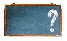 与消极空间的问号白色标志在一个蓝色老脏的葡萄酒宽木黑板或减速火箭的黑板的文本的 图库摄影