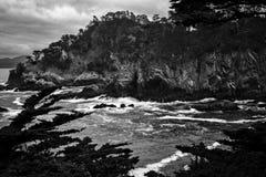 与涌起的海洋和峭壁的加利福尼亚黑白风雨如磐的海景 免版税库存图片
