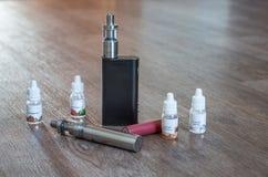 与液体和电池的电子香烟 免版税库存照片