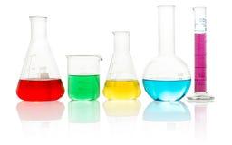 与液体的实验室玻璃器皿在白色 库存图片