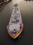 与液体装载的货船在河莱茵河 科隆香水 德国 库存图片