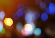 与淡光的闪烁的明亮和摘要被弄脏的五颜六色的彩虹背景 库存照片