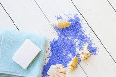 与淡紫色腌制槽用食盐的温泉概念 库存照片