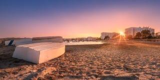 与淡色天空和波浪伊维萨岛,西班牙的沙子岸 免版税库存图片