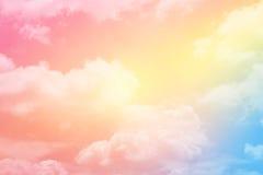 与淡色梯度颜色的幻想软的云彩 免版税库存图片