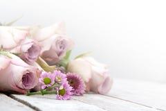 与淡色玫瑰和雏菊的静物画 免版税库存照片