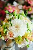 与淡色的夏天花的婚礼花束 库存照片