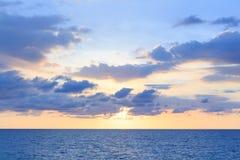 与淡色蓝色的软的云彩和日落背景对o 免版税库存图片