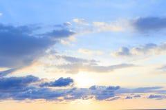 与淡色蓝色的软的云彩背景对橙色韵律 免版税库存图片