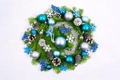 与淡蓝和绿松石中看不中用的物品,银的圣诞节花圈是 库存照片