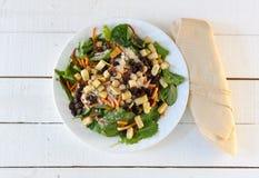 与淡黄的餐巾的新鲜的蔬菜沙拉 免版税库存图片