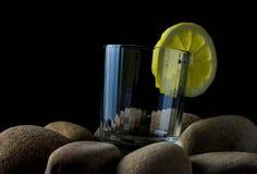 与淡水石头的新鲜的清楚的水 免版税库存照片