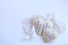 与淡紫色图片和有花边的餐巾的两心脏在白色背景 软的焦点,明亮的颜色 免版税图库摄影