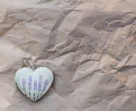 与淡紫色图片的心脏在老纸背景  软的焦点,背景方式 库存图片