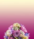 与淡紫色玫瑰和八仙花属Hortensis,婚姻的花束的生动的植物布置,隔绝,淡紫色对黄色degradee背景 免版税库存图片