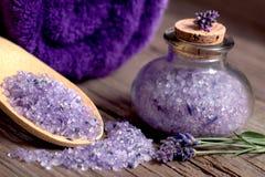 与淡紫色腌制槽用食盐和毛巾的温泉静物画 库存图片