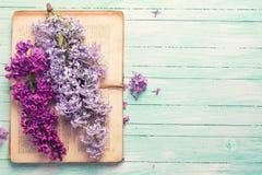 与淡紫色花和旧书的明信片 免版税库存图片