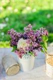 与淡紫色花和玫瑰的美丽的花束 免版税图库摄影