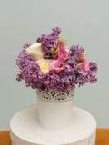 与淡紫色花和玫瑰的美丽的花束 库存图片