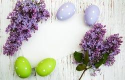 与淡紫色花的复活节卡片 免版税库存照片