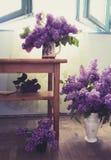 与淡紫色花的室内设计在许多花瓶 免版税库存图片