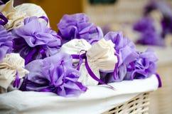 与淡紫色花的小包 免版税库存图片