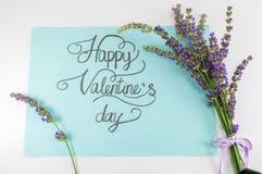 与淡紫色花的愉快的情人节卡片 库存照片