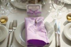 与淡紫色花的表设置,特写镜头 免版税库存图片