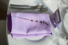 与淡紫色花的表设置,特写镜头 库存照片