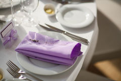 与淡紫色花的表设置,特写镜头 库存图片