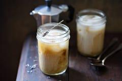 与淡紫色被灌输的奶油的被冰的咖啡 免版税库存照片