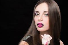 与淡紫色嘴唇的妇女面孔和罗斯开花 免版税图库摄影