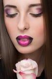 与淡紫色嘴唇的妇女面孔和罗斯开花 免版税库存图片