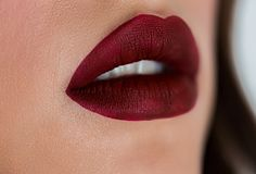 与深红唇膏,肥满充分的性感的嘴唇的美丽的妇女面孔 女孩特写镜头装腔作势地说与专业嘴唇构成 库存图片