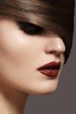 与深红嘴唇&光滑的发型的性感的妇女模型 免版税图库摄影