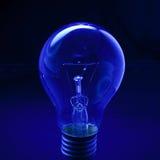 与深蓝低调背景构想的电灯泡创造性的想法的 库存照片