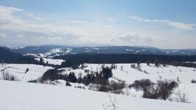 与深蓝天的雪山 喀尔巴阡山脉,乌克兰,欧洲 免版税库存照片