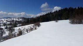 与深蓝天的雪山 喀尔巴阡山脉,乌克兰,欧洲 免版税图库摄影