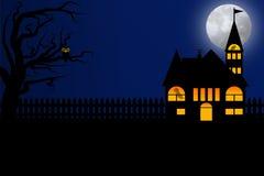 与深蓝天空和满月的万圣夜夜 免版税库存图片