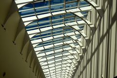 与深阴影的未来派建筑学天花板 库存照片