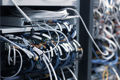 与混乱混乱电缆接线的交换机盘区 免版税图库摄影