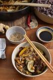 与混乱的黑米线油煎了在一个碗的菜,有如此的 库存照片