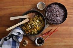 与混乱的黑米线油煎了菜、酱油和ses 图库摄影