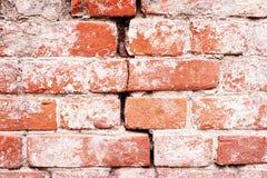 与混凝土和裂缝的老红砖 免版税库存图片