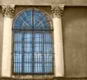 与混凝土墙和专栏,乌贼属的老木窗口 免版税库存照片