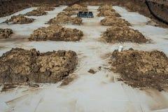 与混凝土的基础在建造场所 免版税库存图片