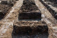 与混凝土的基础在建造场所 库存图片