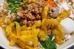 与混合顶部的泰国辣面条 免版税库存图片
