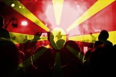 与混和马其顿旗子的实况音乐音乐会在爱好者 免版税库存图片